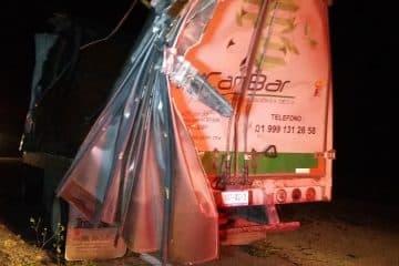 Camión de carga accidentado y abandonado queda a merced del pillaje