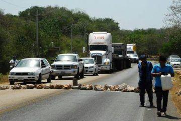 Mototaxistas bloquean la carretera federal José María Morelos-Polyuc