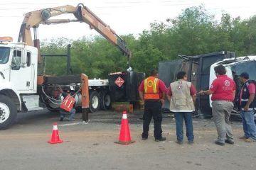 Vehículo se queda sin frenos y vuelca derramando combustible sobre vía federal