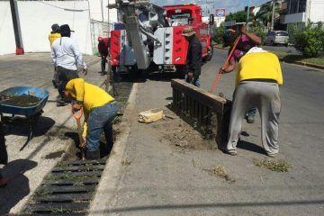 Brigadas municipales limpian alcantarillas de Chetumal