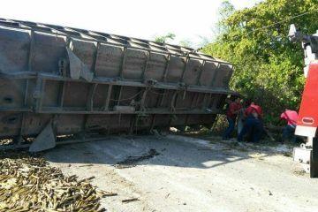 Se estrella en remolque de camión cañero