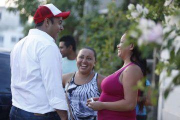 Con cercanía social, atiende Juan Carrillo necesidades de los isleños