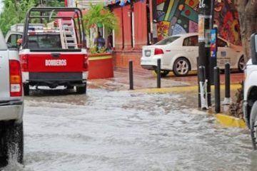Activa bomberos brigada de atención por intensas lluvias en Cancún