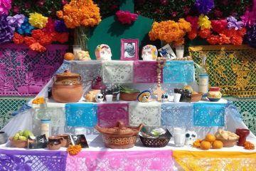 Chetumaleños preservan tradiciones con Altares y Ofrendas a sus muertos
