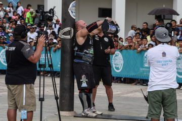 ((FOTOS)) Strongman Champions League Sostenido dos pesas poco más de 40 kilos