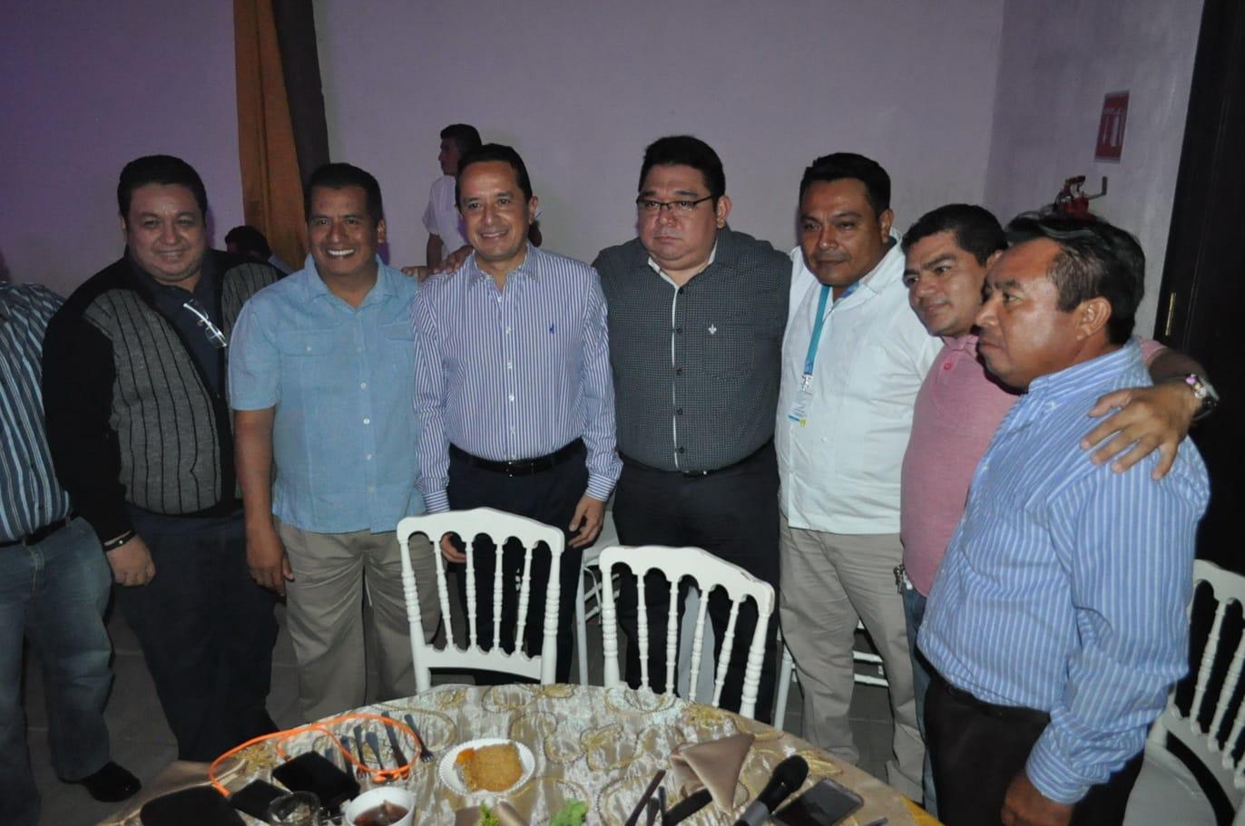 El gobernador del Estado posa con Armando Batun Director del Punto sobre la i, y amigos que lo acompañan