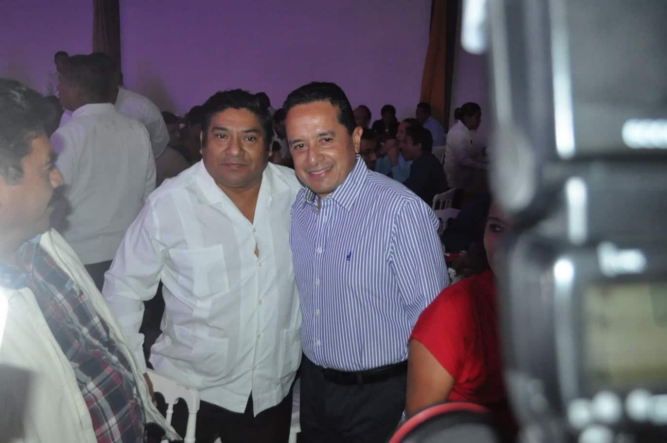 Francisco Uc con el gobernador del Estado Carlos Joaquín