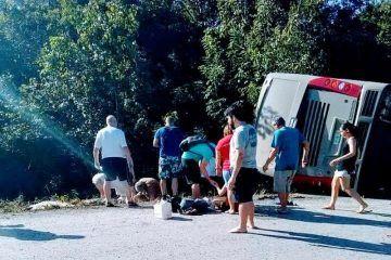 Mortal volcadura de autobus de turismo en el tramo Mahahual-Cafetal