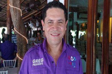 Se aferra Greg a candidatura por la Senaduría; dice no hay mejor gallo que él