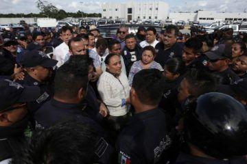 Atiende Cristina Torres personalmente a elementos inconformes de la Policía Municipal