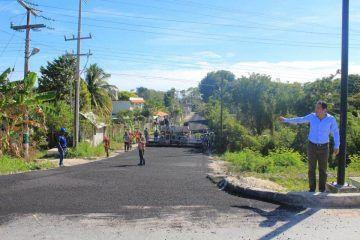 Constata Alexander Zetina rehabilitación de calles de Bacalar