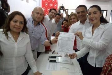 Candy Ayuso, se registra por la precandidatura del PRI a la Diputación Federal del D- 04