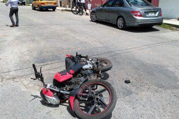 Embestida por descuidado conductor, pareja va parar al pavimento