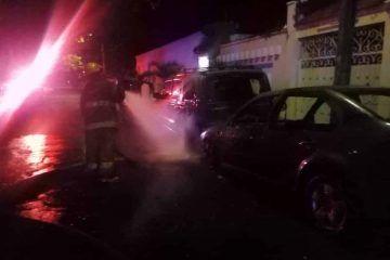 Tras accidente, par de vehículos acaban incendiados