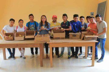 Ayuntamiento dona aves a alumnos de educación media superior, comunidad de Altos de Sevilla