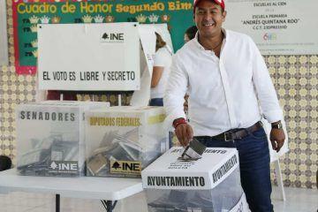 Acude Juan Carrillo a ejercer su derecho al voto