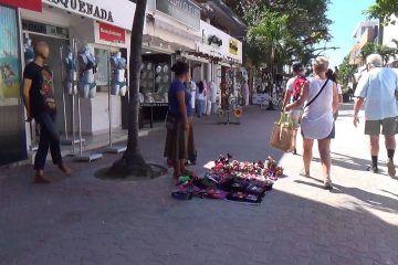 Sin permiso comercio ambulante en la 5ª avenida de Playa del Carmen