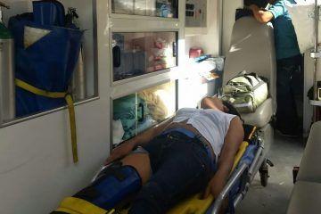 Ebrio brinca de un segundo piso y se fractura una pierna