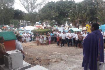 Ofrecen misa en memoria de los difuntos
