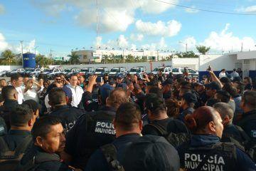 Policías corren a Jesús Pérez Abarca a empujones