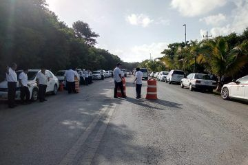 Bloquean taxistas vía costera de Tulum