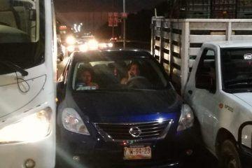 Ebria conductora atora su vehículo entre camioneta y autobús