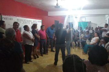 Militantes del PRI en la #capitaldelaculturamaya se manifestaron  ante su comité municipal